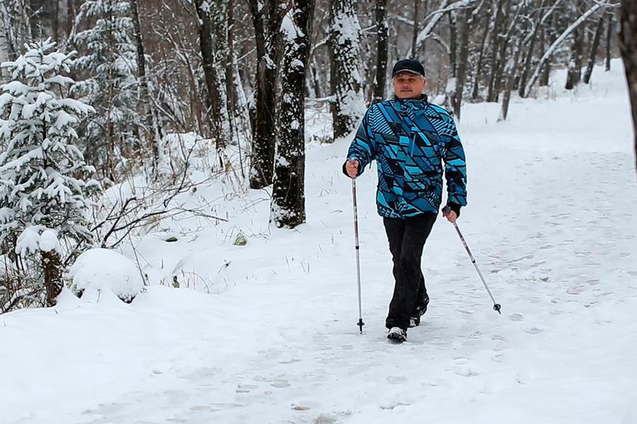 Скандинавская ходьба по сосновому терренкуру — целая наука оздоровления, а не просто «бодрым шагом с палками по лесу». Профессиональный инструктор проследит за правильной техникой, расскажет, как правильно дышать и сжигать калории во время ходьбы, и, конечно, поддержит на сложном подъеме.