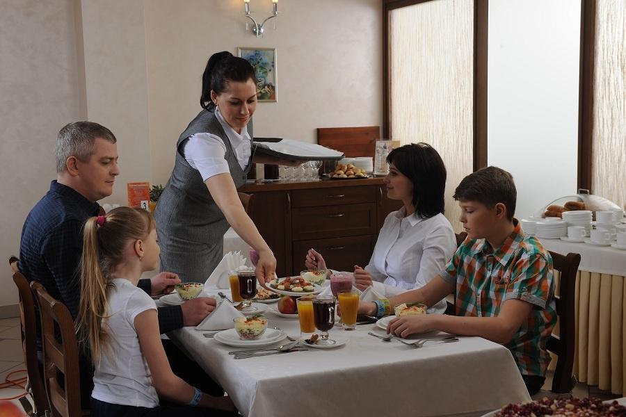 Для взрослых гостей предусмотрено 3-разовое питание. Но как на настоящем курорте, можно выбрать одну из 7 диет или остановиться на традиционном заказном меню с элементами шведского стола. Что бы вы ни выбрали, ваше питание будет сбалансированным, полезным и очень вкусным. Диета диетой, но это не повод отказывать себе в гастрономических удовольствиях. В санатории даже каши чудесны! Все только самое свежее, многие блюда готовятся из натурального алтайского сырья.