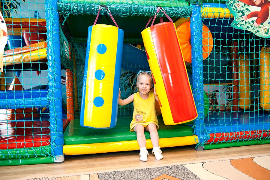 Досуг в санатории не даст скучать ни взрослым, ни детям. Маленьких гостей здесь любят и ждут, и, чтобы родители смогли как следует отдохнуть и полечиться, для ребятни создана настоящая инфраструктура: беби-холл, мульт-холл, бесплатная детская комната с опытными педагогами. Аниматоры организуют веселые конкурсы, спортивные соревнования и проводят занимательные экскурсии по санаторию. «Мама, ну зачем ты пришла так рано? Мы так хорошо играли!» — часто говорят наши любимые маленькие гости своим мамочкам.